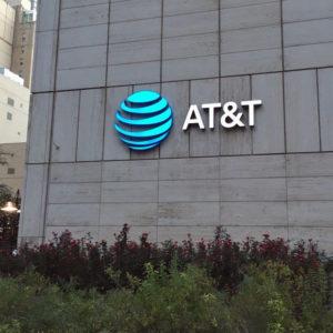 AT&T kupuje Time Warner, ker operaterji želijo biti vse drugo, samo operaterji ne