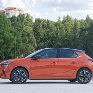 Opel Corsa-e: Super uživaška, toda nazaj jo drži ista »napaka« kot vse majhne električne avte (#video)