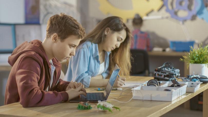 NAZAJ V ŠOLO: Navdihniti otroke za programiranje, tudi s 400 evri za nevladnike