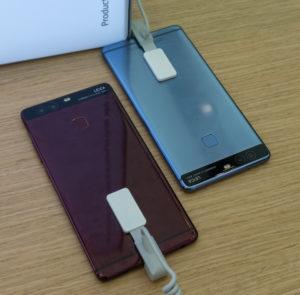 P9 v rdeči in modri prinaša nekaj barvne svežine, škoda pa je, ker proizvajalci zanjo poskrbijo šele, ko telefon ni več najnovejši.