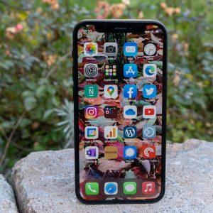 Iphone 12 Mini je prodajna polomija, veliki zasloni so preveč mamljivi