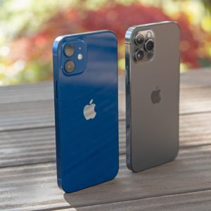Apple iPhone 12 (Pro): Isti telefon, dve imeni