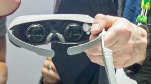 LG-jeva očala 360 vr so res manjhna in lahka, a zato ne pokrijejo popolnoma oči, kar za navidezno resničnost ni dobro. Foto Matjaž Ropret