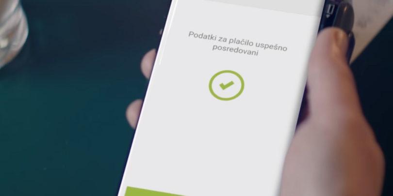 »Prvi plačujete s telefonom, je to nekaj novega?«