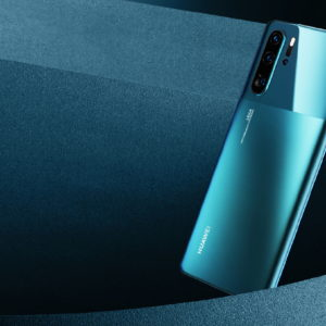 Z novim dizajnom in barvami Huawei P30 Pro še naprej postavlja smernice