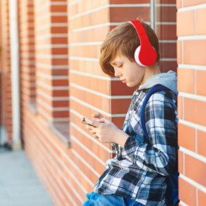 Ta mladina, neprestano zatopljena v svoje telefone!