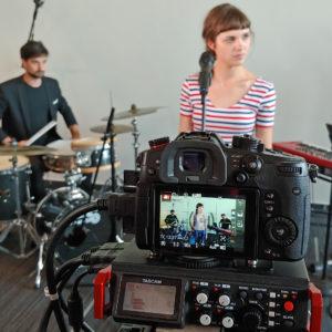 Kako iz fotoaparata, uporabljanega pretežno za video, razviti še bolj snemalno orodje