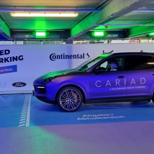 Bi dovolil, da avto sam parkira, napolni baterijo in se »očedi«? (#video)