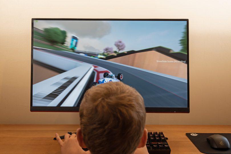 AOC Q27G2U: Mladež ga bo želela za igre, starši za delo od doma