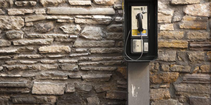 Bruselj niža še cene klicev in sms-ov v tujino