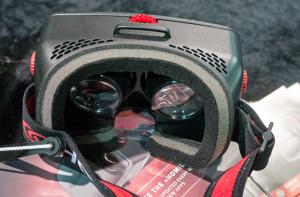 Kitajskih nosilcev za telefon v obliki očal je kot listja in trave. Foto Matjaž Ropret