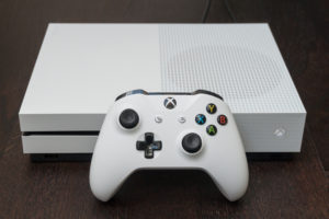Konzola je zdaj bistveno elegantnejša kot je bil prejšnji Xbox One, plošček pa prijetnejši za držanje.