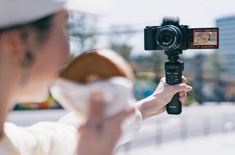 V osnovi namenjen vlogerjem, a tudi za ostale zanimiv in cenovno ugoden fotoaparat