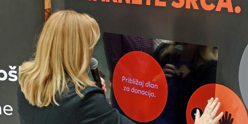 Za projekt botrstvo lahko prispevaš z brezstično kartico med nakupovalnim premorom