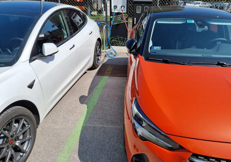 Študija: Celotni izpusti električnega avtomobila so bistveno nižji kot izpusti »bencinarja« ali »dizlaša«