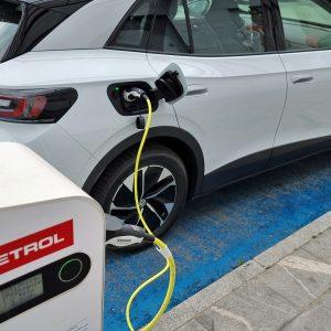 S tako počasno prodajo električnih bodo bencinski avtomobili še dolgo kraljevali