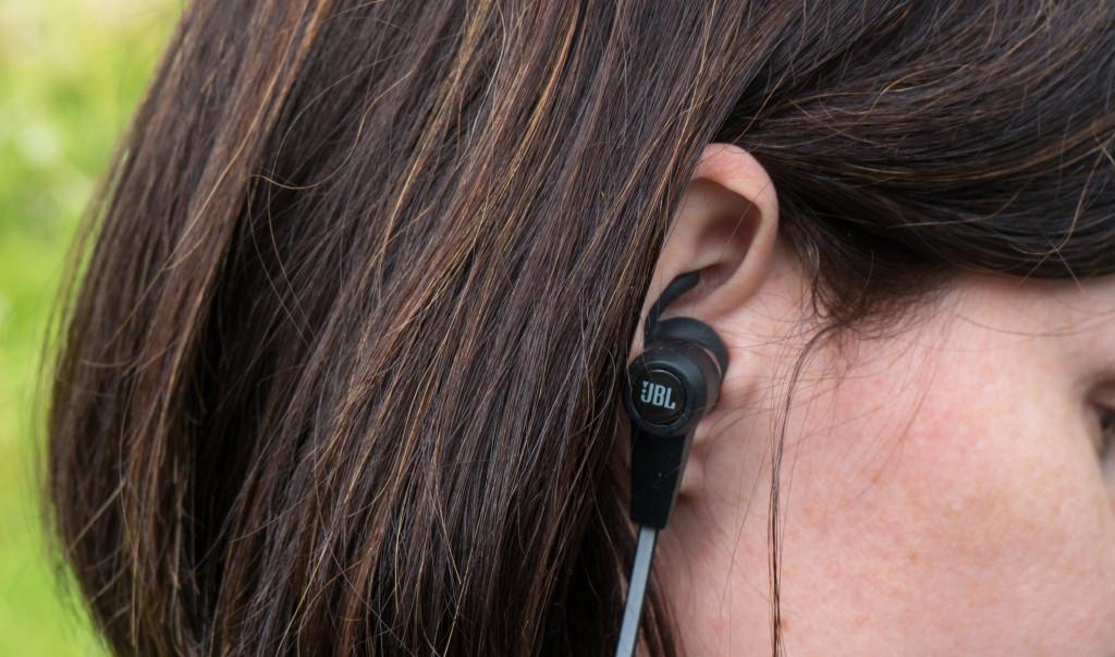 Slušalke JBL synchros reflect bt so malo večje, ker je baterija integrirana vanje, ne v kabel.