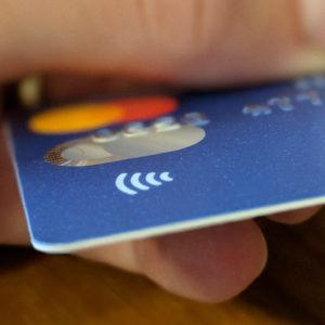 Več kot polovica kupcev že plačuje brezstično