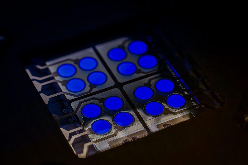 Zlovešča modra kot antični škrlat sodobne elektronike!