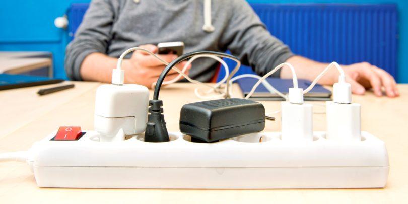 Enoten napajalnik za vse telefone in male električne naprave