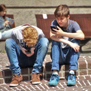 NAZAJ V ŠOLO: Kdaj mu naj kupim telefon, katerega in s kakšnim paketom?