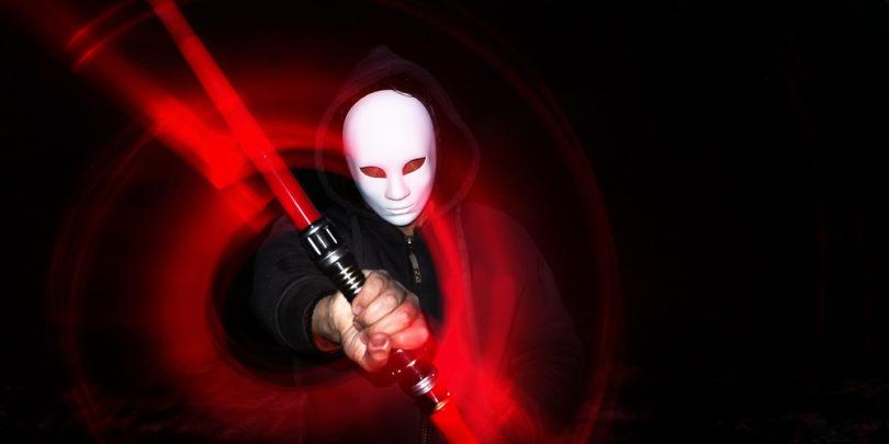 Pretentali Siri, Alexo in Googlovega pomočnika z laserskim žarkom